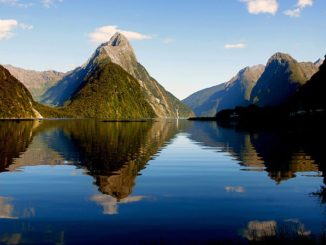 ミルフォード・サウンド Milford Sound in New Zealand photo credit by Bernard Spragg. NZ via flikr Public Domain CC0 1.0