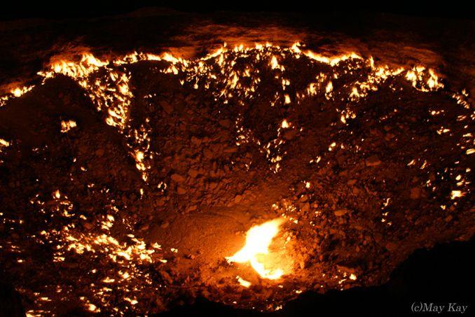 砂漠に開いた「地獄の門」。闇夜に光る妖しい光