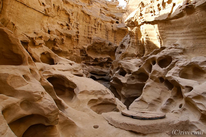 鉄砲水が創り出した岩の芸術!チャークー渓谷