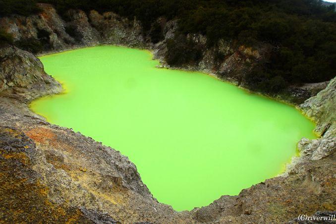 悪魔のバスタブにシャンパン池?!世にも奇妙な地熱地帯「ワイオタプ」